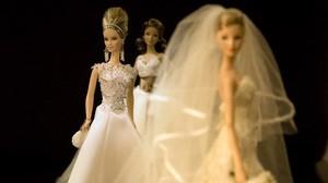 Barbies vestidas de novia, traje que fue decisivo para que la demanda se disparara nada más nacer la muñeca, en 1959.