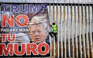 Activistas mexicanos protestan por el muro fronterizo de Donald Trump.