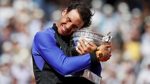 Nadal se abraza a su décima copa de Roland Garros.