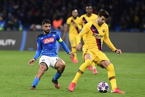 Naples (Italy), 25/02/2020.- Napoli's Lorenzo Insigne (L) and Barcelona's Gerard Pique in action during the UEFA Champions League round of 16 first leg soccer match between SSC Napoli vs FC Barcelona at the San Paolo stadium in Naples, Italy, 25 February 2020. (Liga de Campeones, Italia, Nápoles) EFE/EPA/CIRO FUSCO