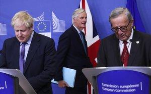 El negociador jefe del 'brexit' de la UE Michel Barnier, entreel primer ministro británico, Boris Johnson (izquierda) y el presidente de la Comisión Europea, Jean-Claude Juncker, en una rueda de prensa el pasado octubre.