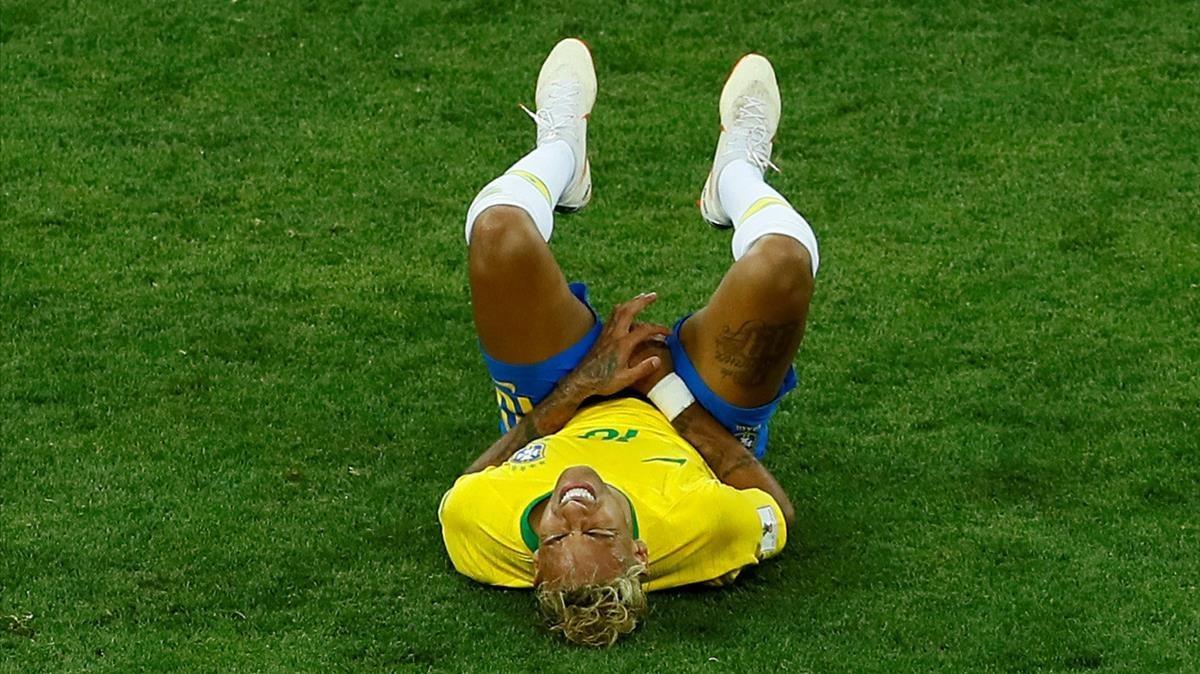 Neymar se lamenta de una falta recibida de Suiza.