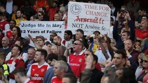 Pancartas de protesta contra Wenger, este domingo en el Emirates Stadium.