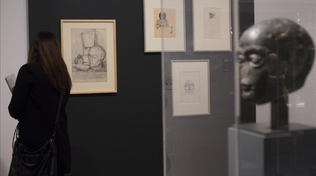 En la pared del fonto, Nature morte dans latelier, de Giacometti (1927), inspirada en la cabeza sumeria del rey Gudea (primer plano) de la que poseía una copia de yeso, en la Fundació Miró.