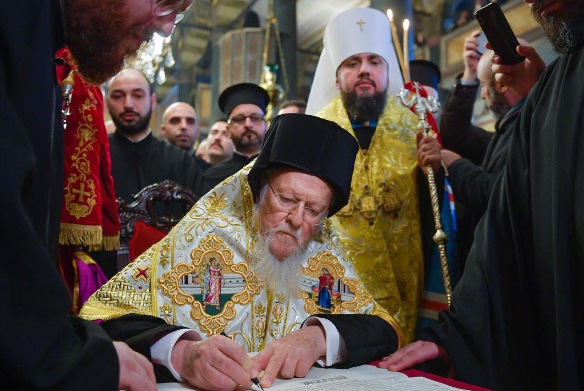 El patriarca ecuménico Bartolomé I asiste a una ceremonia de firma del decreto 'tomo' de la Iglesia ucraniana en la iglesia patriarcal de San Jorge, en Estambul.