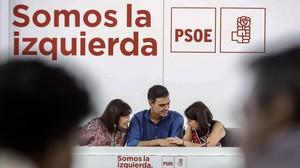Pedro Sánchez conversa con Cristina Narbona, presidenta del PSOE, y Adriana Lastra, vicesecretaria general, este lunes.