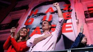 Pedro Sánchez se dirige a los militantes del PSOE ante la sede de Ferraz.