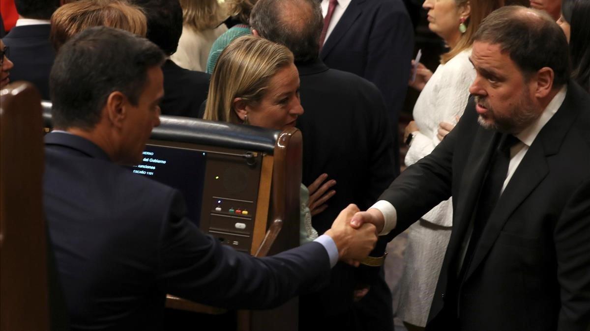 Pedro Sánchez y Oriol Junqueras se saludan en el Congreso, el 21 de mayo del 2019.