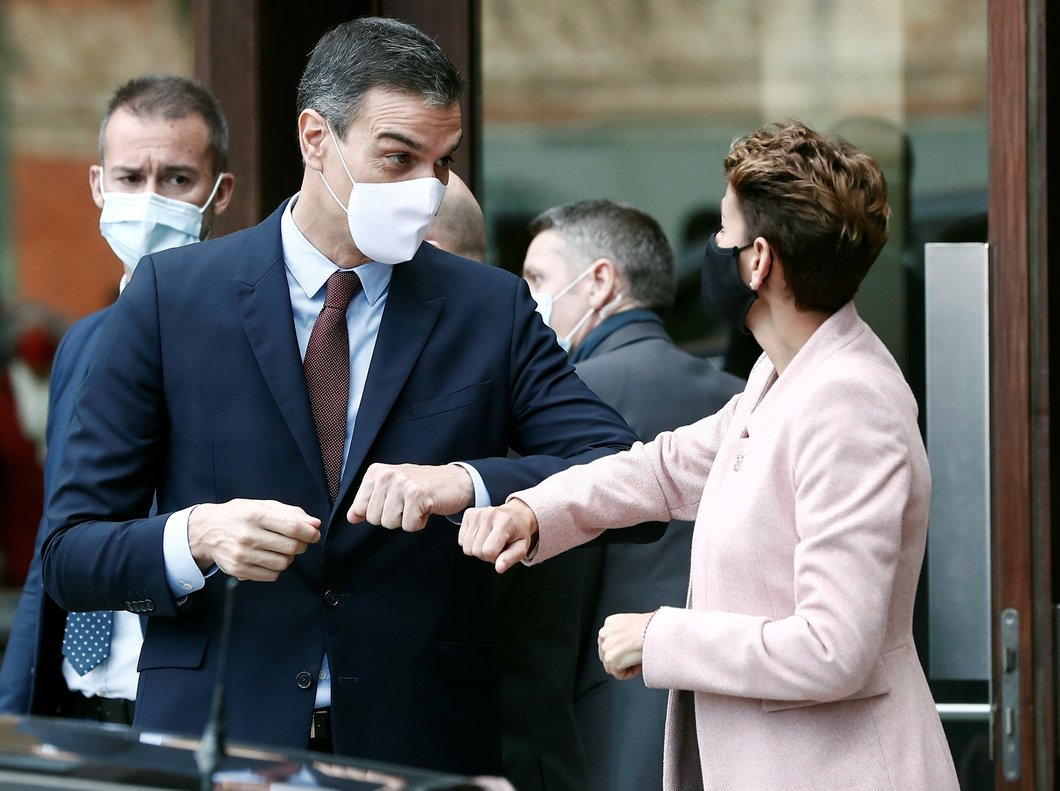 Pedro Sánchez y la presidenta de Navarra, la socialista María Chivite, se despiden en la plaza de Baluarte de Pamplona, este 13 de noviembre.