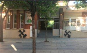 Pintadas fascistas aparecidas en la fachada de una guardería de Esplugues este martes