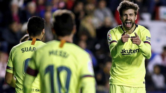Piqué celebra su gol ante Messi, que le dio la asistencia, y Suárez.