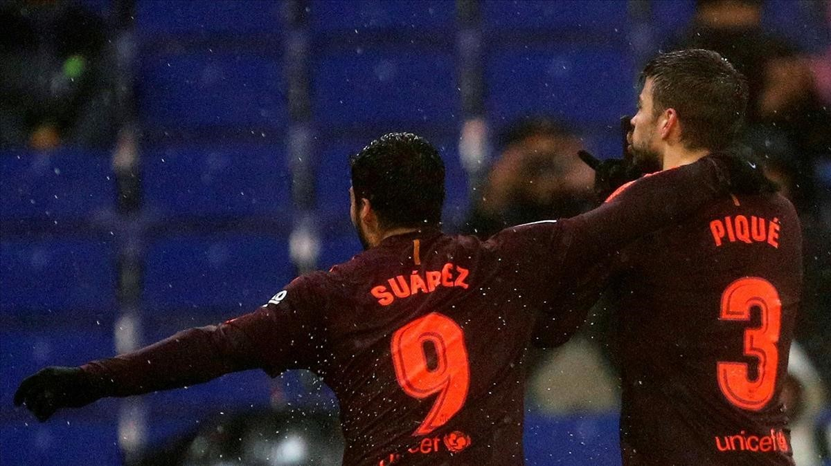 Piqué manda callar a la afición del Espanyol junto a Luis Suárez.