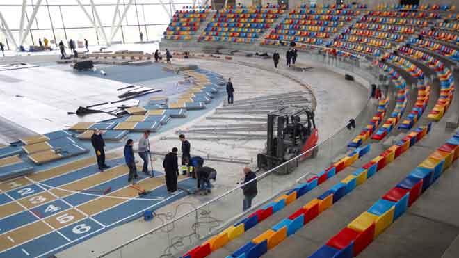 La pista cubierta de atletismo de Sabadell se transforma en un hospital de campaña.