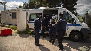 La policía controla la entrada del campo de refugiados de Ritsona, donde se decretó una cuarentena el jueves.