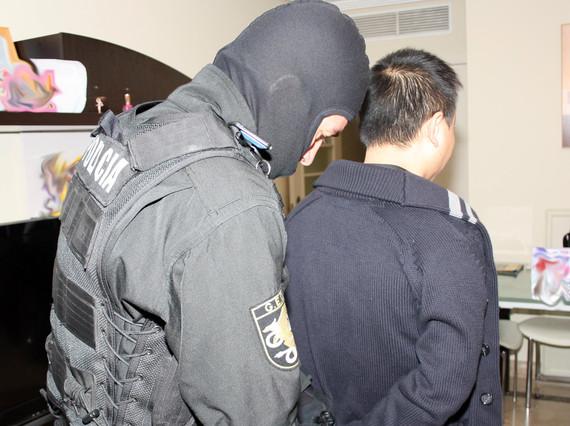 La policía detiene a un ciudadano chino en el marco de la operación Emperador, este octubre.