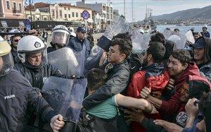 La policía griega bloquea a un grupo de inmigrantes en Mitilene.