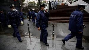 Un grupo de policías japoneses en el parqueMiyashita de Tokio.