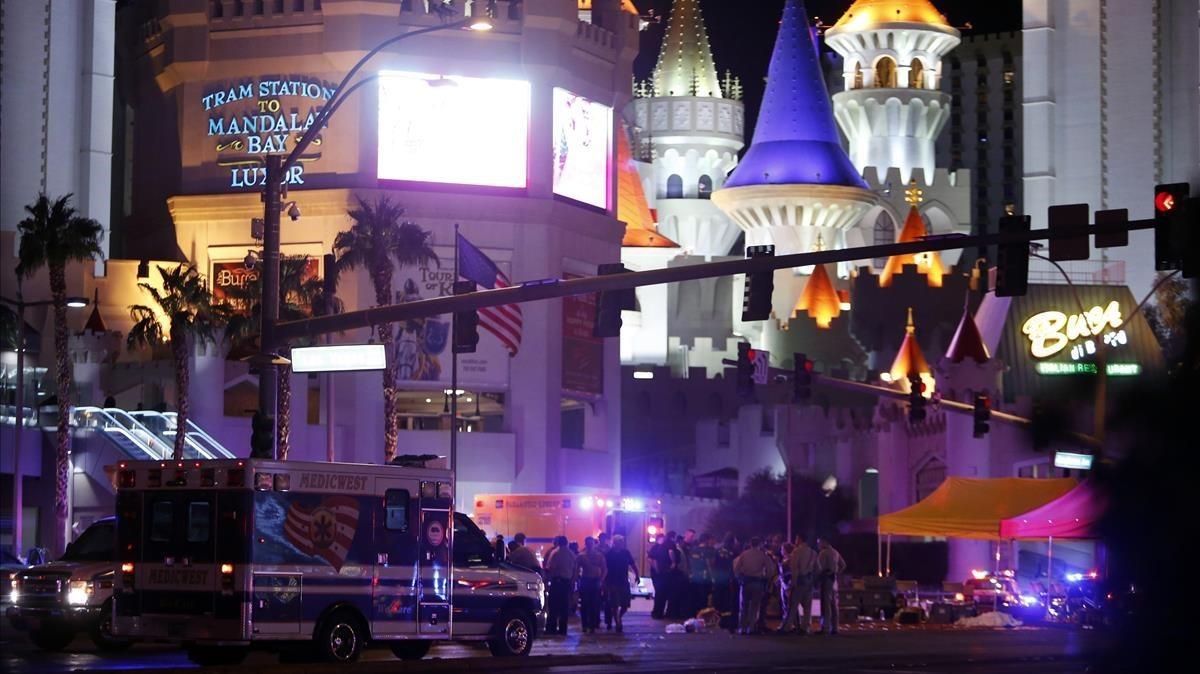 Policías de Las Vegas y personal sanitario en un cruce de calles tras el tiroteo masivo en Las Vegas, el 1 de octubre.
