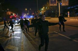 Policías turcos acordonan la zona del atentado en Ankara.