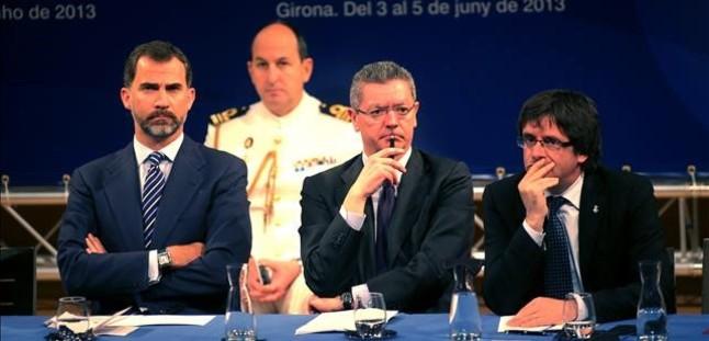 El president Puigdemont, cuando era alcalde de Girona, en un acto en la ciudad catalana junto con el exministro Gallardón y el entonces príncipe Felipe.