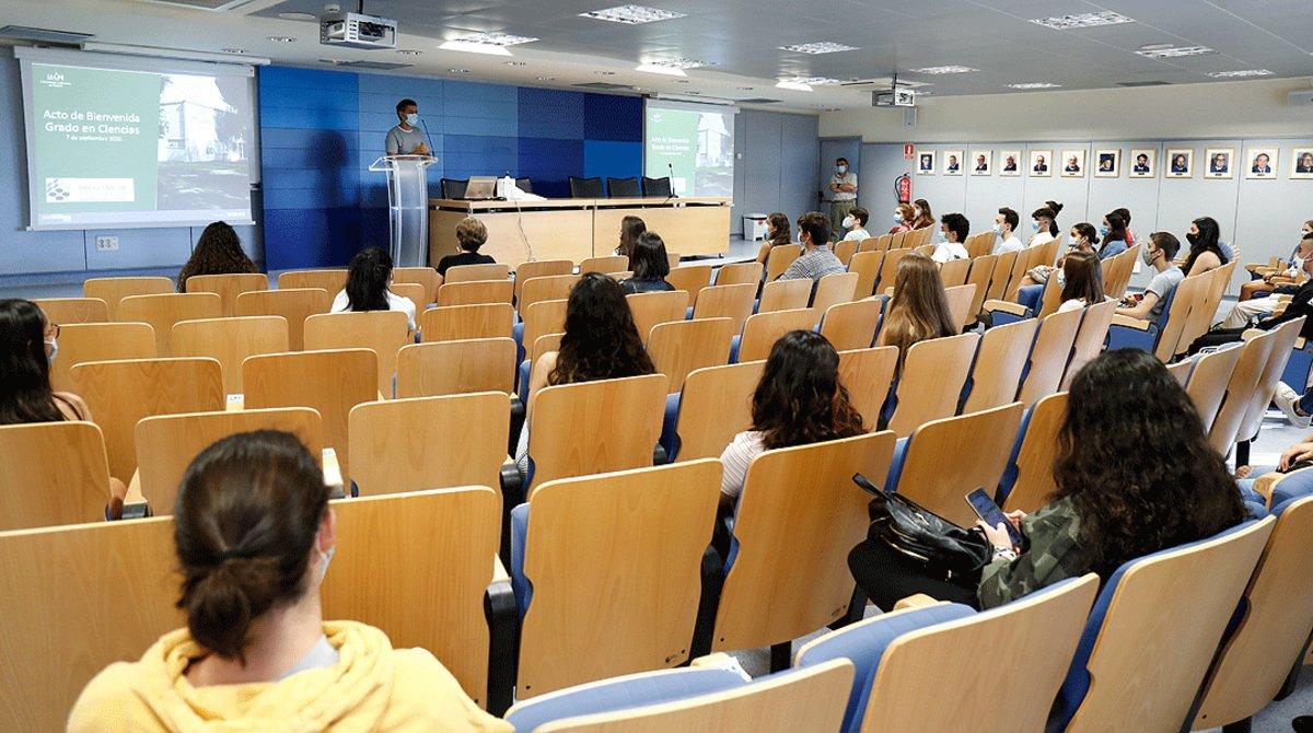 Un profesor imparte clase en una de las aulas de la Facultad de Ciencias de la Universidad Autónoma de Madrid, durante el primer día del curso escolar 2020-2021, el lunes 7 de septiembre.