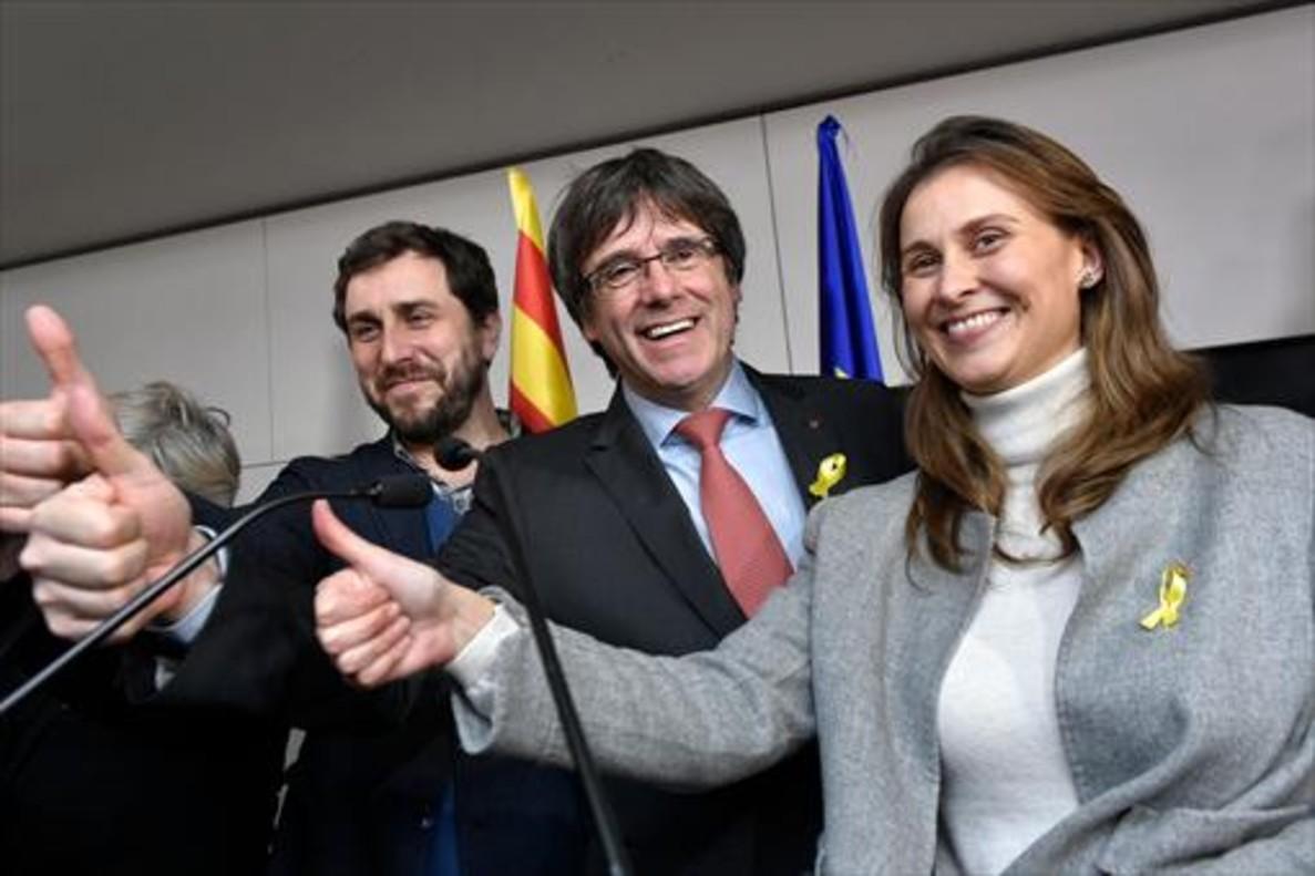 Puigdemont, flanqueado por Toni Comín y Meritxell Serret, celebra el éxito en Bruselas.