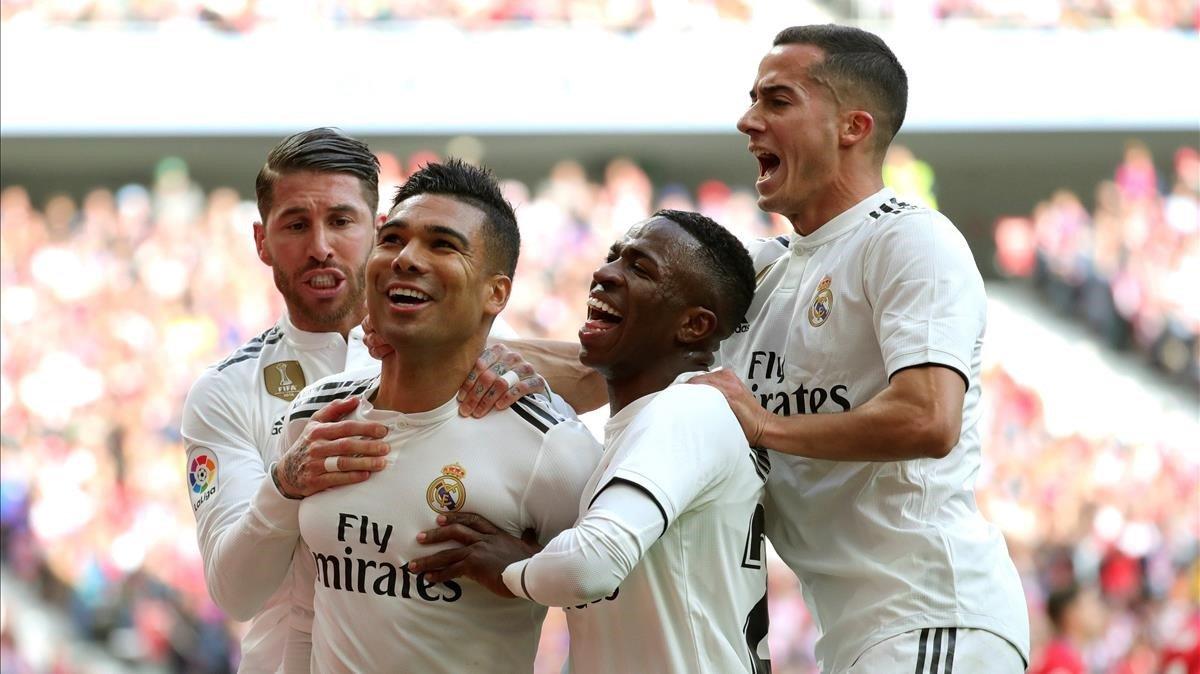 El Real Madrid festejando uno de los goles en su triunfo ante el Atlético.