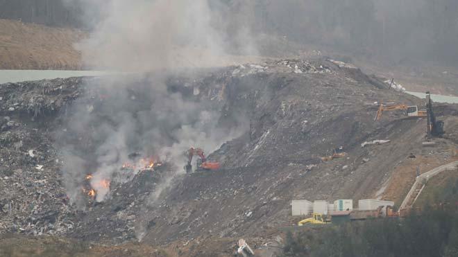 Se reaviva el fuego en el vertedero de Zaldibar.