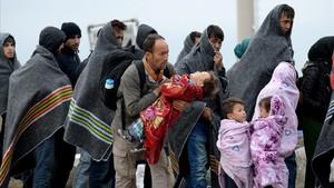 Refugiados se cubren con mantas tras cruzar la frontera entre Hungria y Austria en Nickelsdorf, Austria, enseptiembre del 2015.