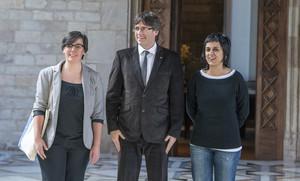 Reunión de Carles Puigdemont conMireia Boya y Anna Gabriel, de la CUP, en el Palau de la Generalitat.