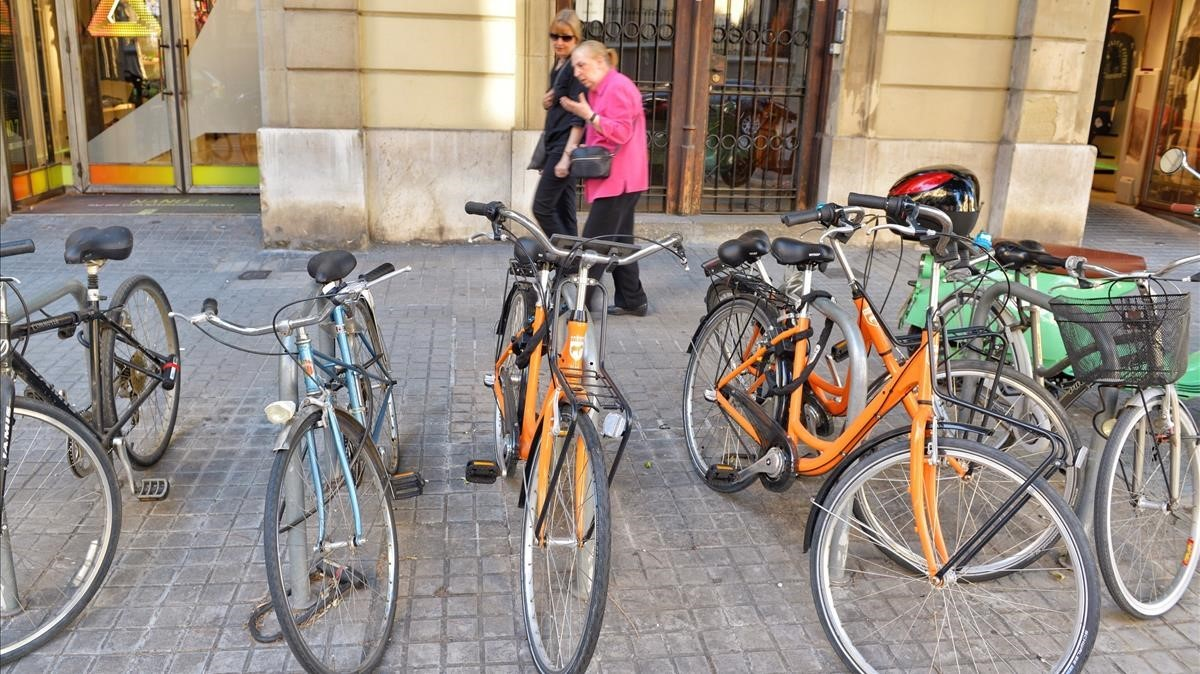 Boicotejades centenars de bicis de lloguer turístic a Barcelona
