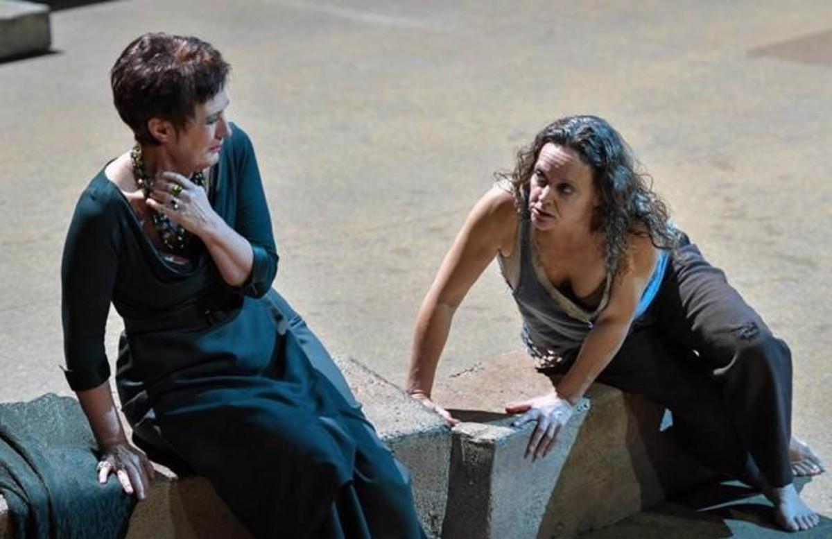 Waltraud Meier (Klytämnestra) y Evelyn Herlitzius (Elektra), en la ópera 'Elektra', de Richard Strauss, representada en el Liceu.