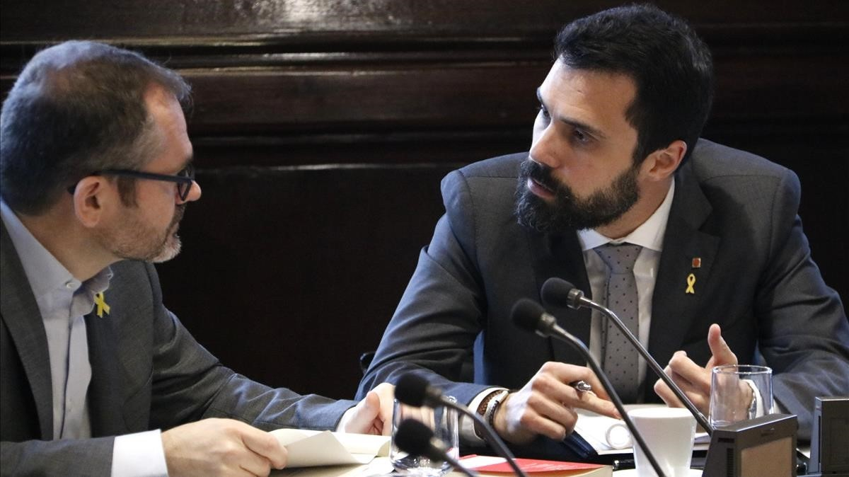 Roger Torrent y Josep Costa durante la reunión de la Mesa del Parlament.