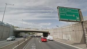 Salida 5 de la Ronda de Dalt. A la derecha, el respiradero del metro forzado por los grafiteros.