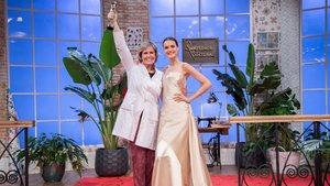 Rosa León con la modelo Blanca Padilla, que lleva el vestido que le dio la victoria en la segunda temporada de 'Maestros de la costura'.