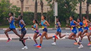 Roza Dereje Bekele (en el centro, la más alta) intentará el récord del mundo en Barcelona.
