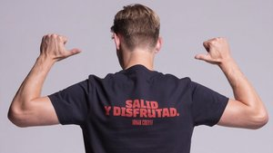 De Jong luce una camiseta con una de las frases clásicas de Johan.