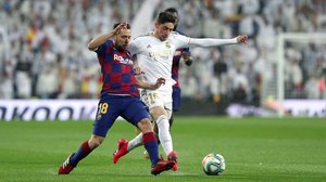 El Barça es deixa el lideratge en un clàssic vingut a menys