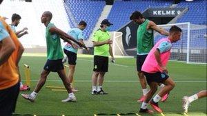 Rufete, con mascarilla, dirige su primera sesión como técnico del Espanyol.
