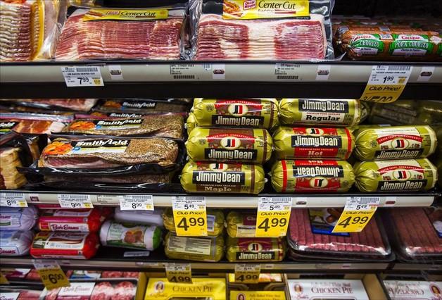 Salchichas y otros productos cárnicos en un supermercado.
