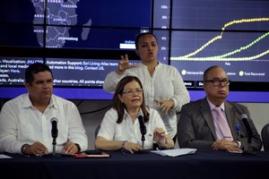 La ministra de Salud de Panamá, Rosario Turner (c), informó que una persona ha muerto y ocho están enfermas en este país por coronavirus.