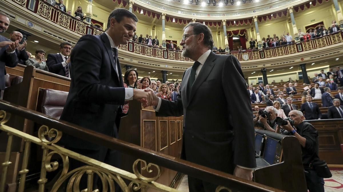 El saludo de cortesía entre Pedro Sánchez y Mariano Rajoy.