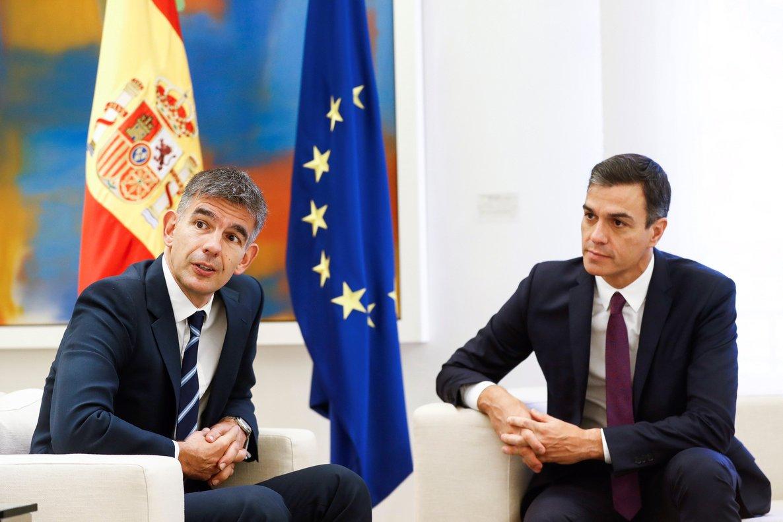 El presidente del Gobierno, Pedro Sánchez, conversa con el presidente de Google Europa, Matt Brittin, en la Moncloa.