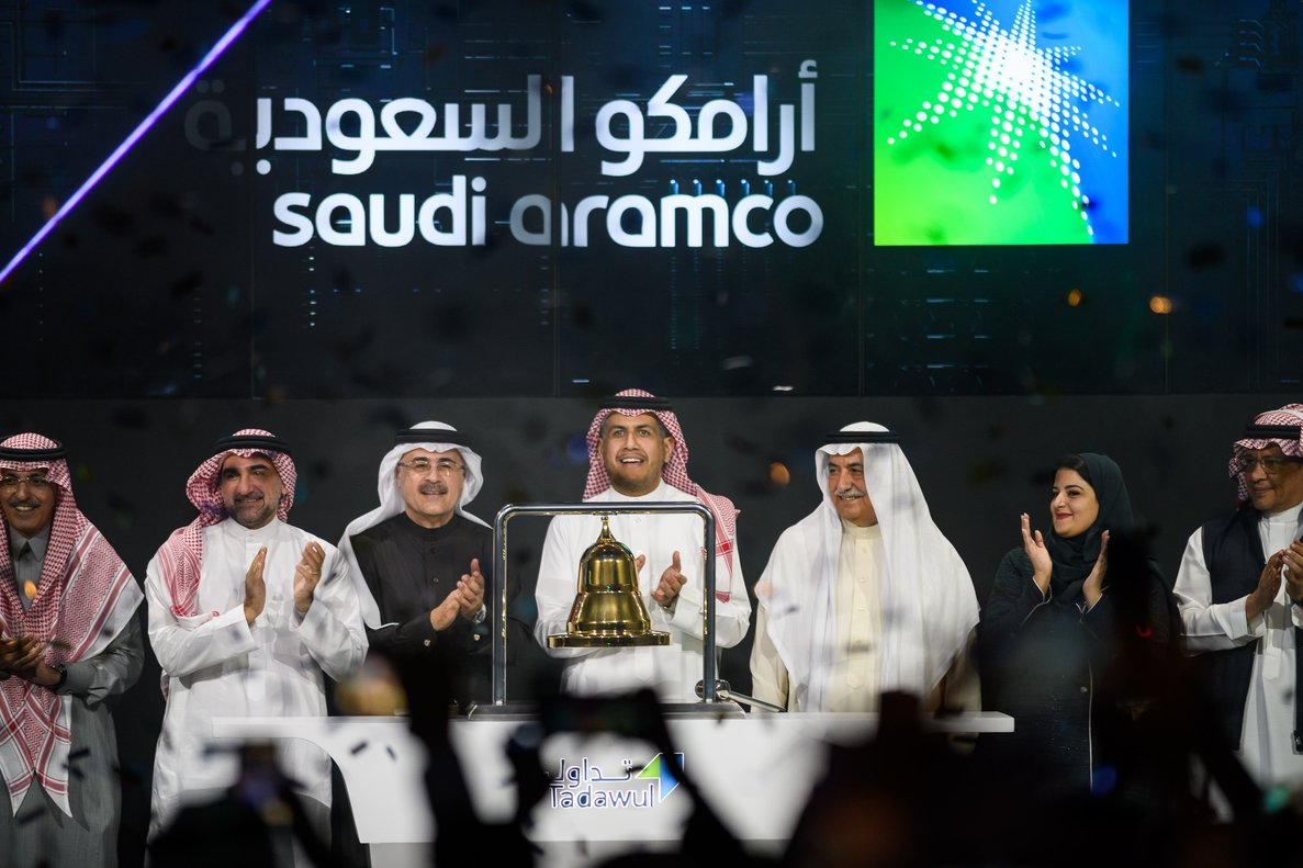 Riyadh (Saudi Arabia), 11/12/2019.- A handout photo made available by Saudi Aramco shows Aramco chairman Yasir al-Rumayyan (2-L), Aramco President and CEO of Amin Nasser (3-L), chairwoman of the Saudi Arabian stock exchange Sarah Al-Suhaimi (2-R) and former finance minister Ibrahim Abdulaziz Al-Assaf (3-R) attending a ceremony marking the debut of Saudi Aramco's initial public offering (IPO) on the Saudi Stock Exchange (Tadawul), in Riyadh, Saudi Arabia, 11 December 2019. Aramco was officially listed in the Saudi Stock Exchange (Tadawul) on 11 December, after the successful completion of the initial public offering, as shares opened at 32 Saudi Riyals. Saudi Aramco has raised a record-breaking 25.6 billion US dollar IPO on 05 December. It exceeds the 2014 IPO of Alibaba that raised 25 billion USD. (Abierto, Arabia Saudita) EFE/EPA/ARAMCO HANDOUT HANDOUT EDITORIAL USE ONLY/NO SALES