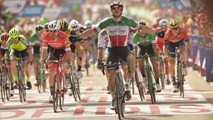 Elia Viviani se impone en la décima etapa de la Vuelta, su segunda victoria en la carrera.