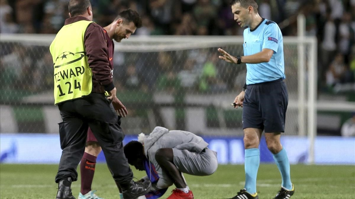 Un seguidor de Messi besa la bota del argentino.