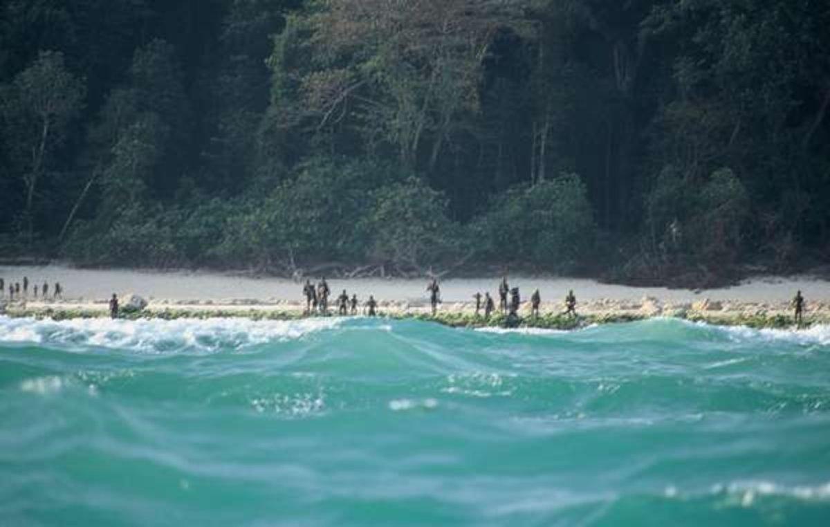 Habitantes de Sentinel del Norte, en una playa de la isla.