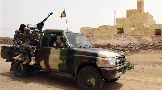 Soldados malienses patrullan en Kidal, en el norte de Mali, en julio del 2013.