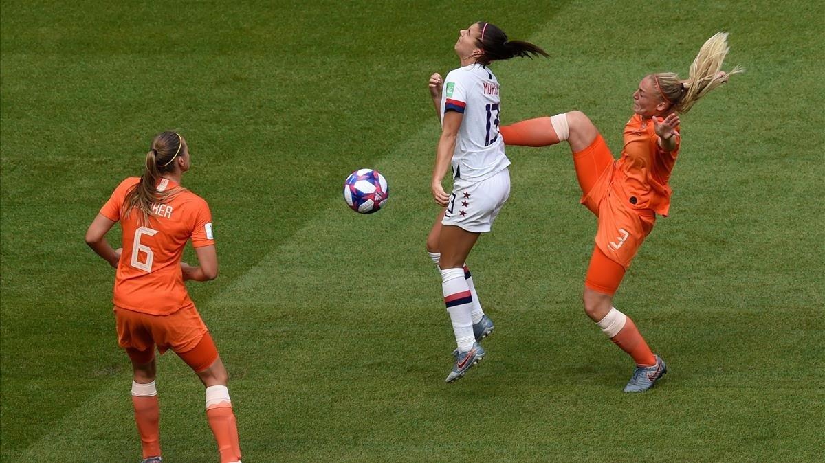 Stefanie van der Gragt golpea a Alex Morgan en la final del Mundial