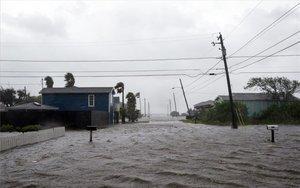 Calles inundadas en Texas por el huracán Hanna.